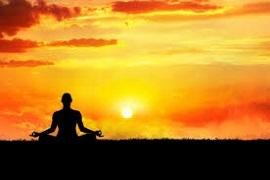 yogui haciendo meditacion budista en el atardecer