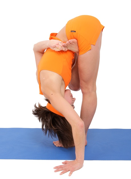 postura inclinacion de pie chica vista de perfil ARDHA BADDHA PADMOTTANASANA
