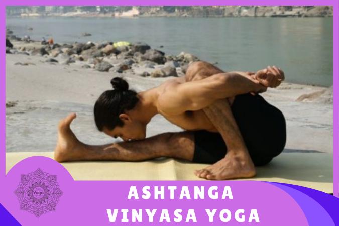 yogui hace Ashtanga Vinyasa Yoga en la playa