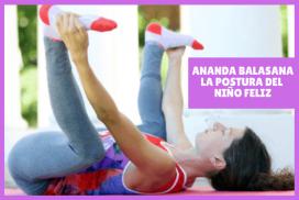 mujer en posición de ANANDA BALASANA o la postura del niño feliz