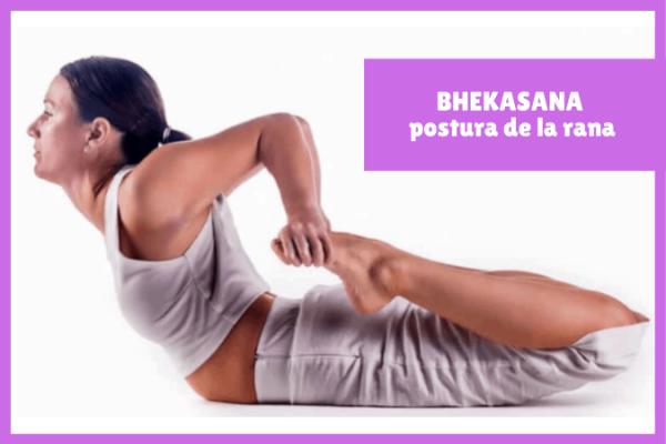 yogui haciendo BHEKASANA o la postura de la rana