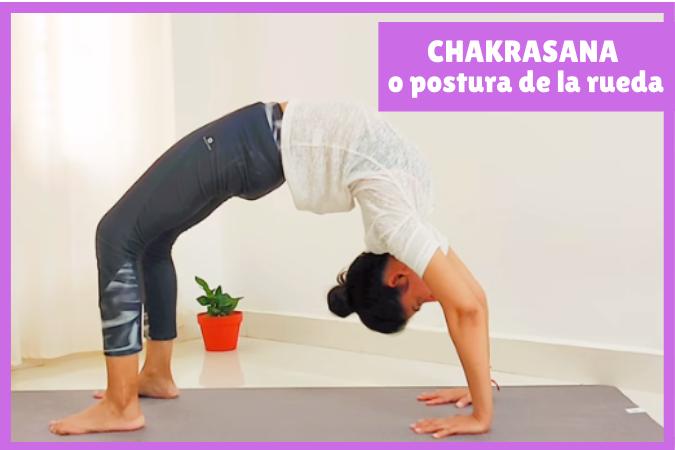 yogui haciendo CHAKRASANA o postura de la rueda