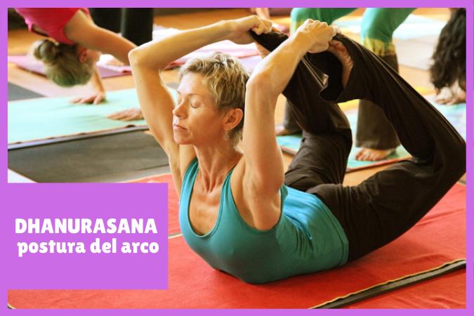 yogui realizando DHANURASANA o la postura del arco