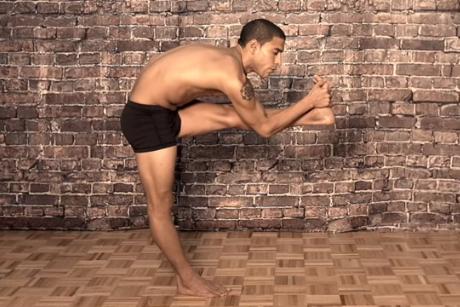 yogui en postura de Dandayamana Janu Sirsasana
