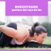 yogui en el parque haciendo MARICHYASANA la postura del rayo de luz