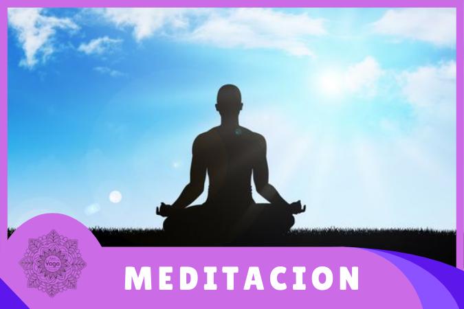 yogui practicando meditación en la naturaleza