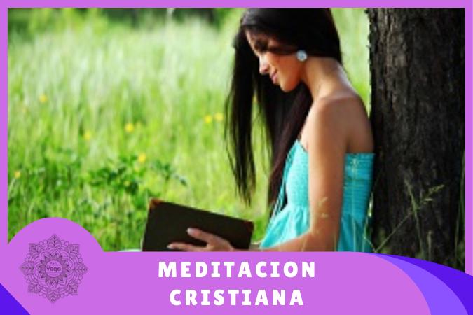 chica haciendo meditación cristiana orando