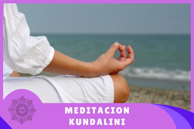mujer haciendo meditación kundalini en la playa
