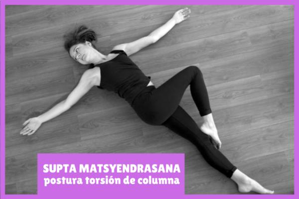 yogui en el suelo hace SUPTA MATSYENDRASANA la postura de torsión de columna