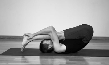 yogui hace Urdhva Mukha PASCHIMOTTANASANA
