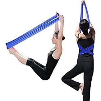 chica con cintas de yoga azules